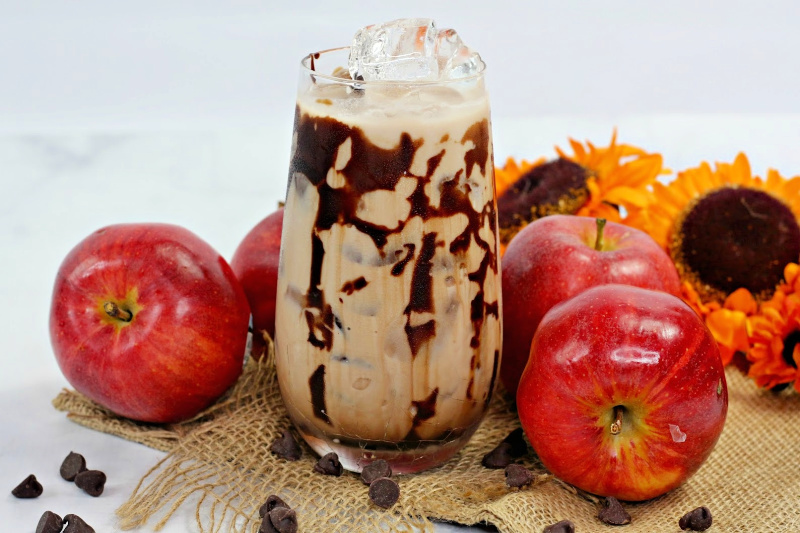 Chocolate Caramel Apple Cocktail – Delicious Fall Cocktail Recipe