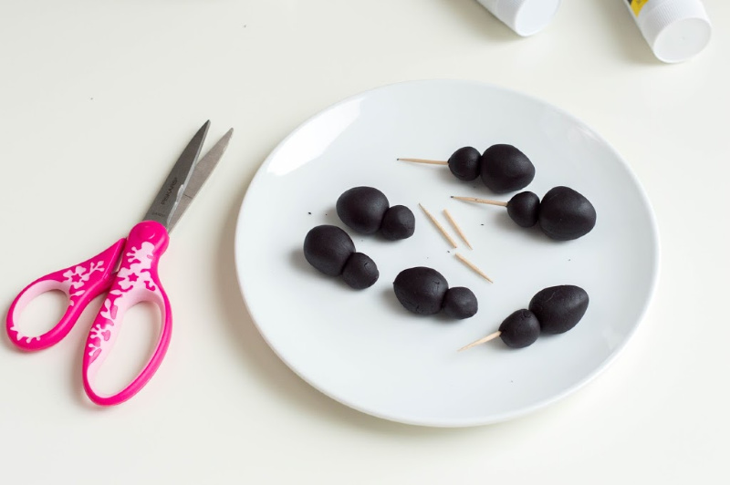 plates with black fondant and scissors