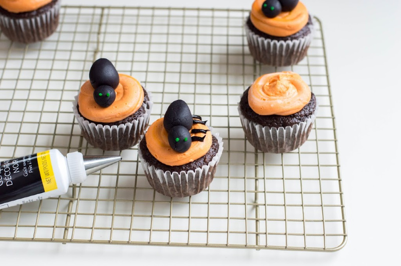 cup cakes with black fondant spider