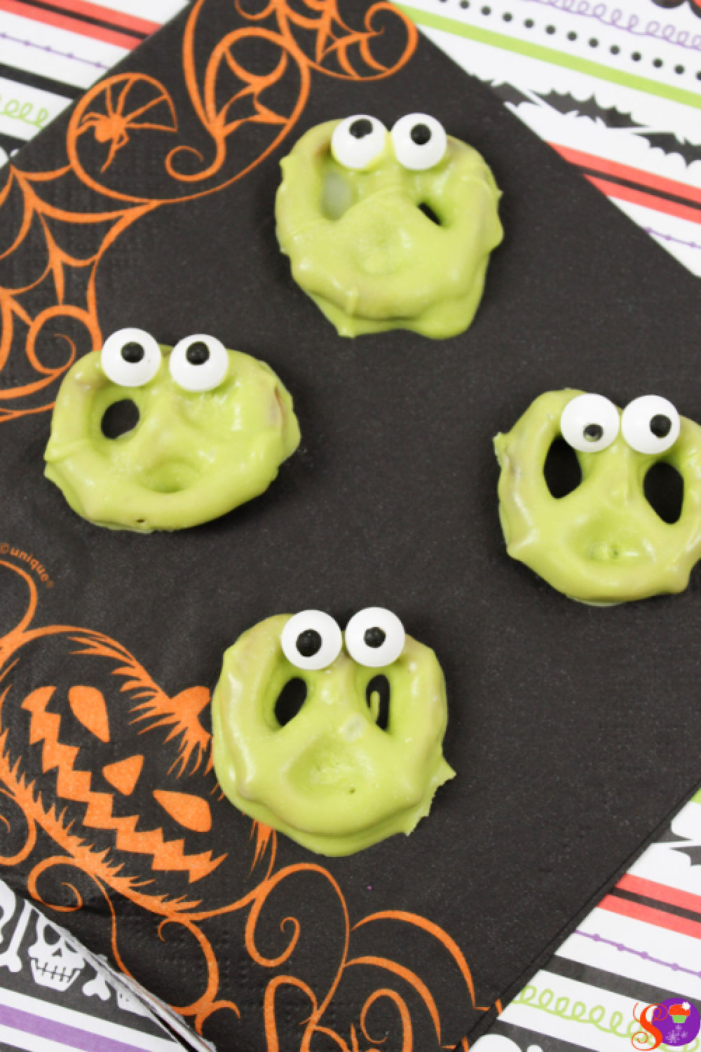 Silly Monster Pretzels are a quick and easy no-bake Halloween treat the whole family will love! #sweetandsavorymorsels #Halloween