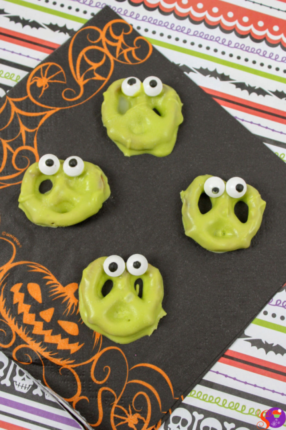 Silly Monster Pretzels are an easy Halloween treat recipe that's so easy, even the kids can help! #sweetandsavorymorsels #Halloween